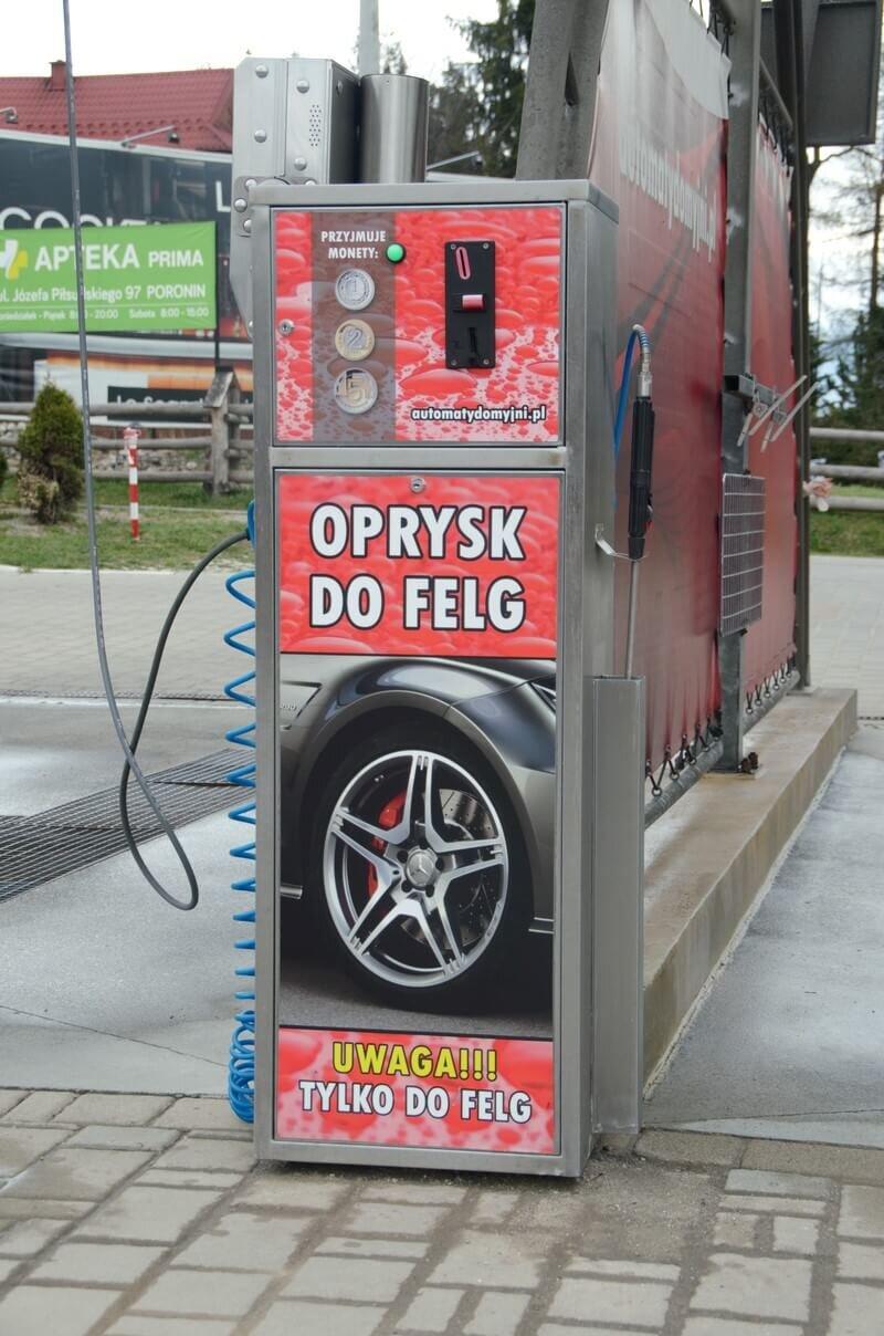 Czerwony Automat do mycia felg na myjni samochodowej